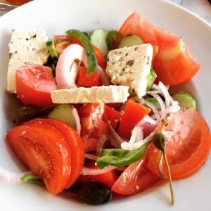 Griekse salade, gezond als detoxlunch of avondmaaltijd. Hier een traditioneel recept met heerlijke feta en gedroogde oregano wat weer even doet wegdromen naar Griekenland. lekker voor bij de barbecue of een warme zomerse avond.