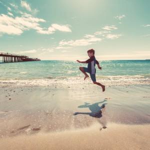 Op blote voeten lopen is gezond! Trek je sokken uit en loop lekker in de tuin, door het gras of op het strand.