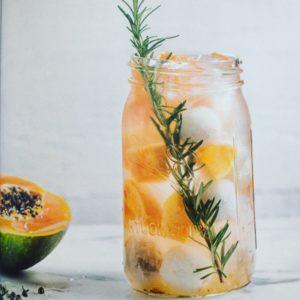 Detox Water - 30 recepten in dit nieuwe boek! Recensie over het boek Detox water: 30 recepten voor gezonde drankjes op basis van water. Heerlijk fruitwater voor tijdens een afvalkuur, detoxkuur, dieet. Ook lekkere gezonde recepten voor bij een bbq, kinderfeest, picknick of zomerse maaltijd.