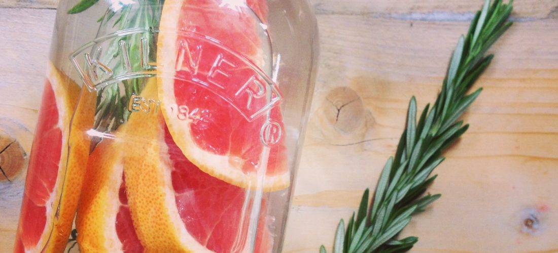 10 tips om zelf detox water om fruitwater te maken. Makkelijk, goedkoop en dorstlessend. Ideaal voor op de camping, picknick, onderweg of barbecue of kinderfeestje. Dorstlesser tijdens sport of een detoxkuur bij detoxcoach Nico van Rossum