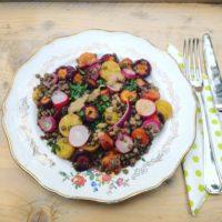 Gerecht met seizoensgroenten van juni? Warme Lentesalade met linzen radijs en gegrilde groenten. Voedzaam, en lichte detox salade!