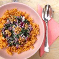 Glutenvrije rode linzen pasta met 3 soorten geitenkaas saus en spinazie. Heerlijk als detox lunch of hoofdmaaltijd.