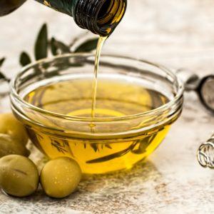 Detox je huid met natuurlijke ingrediënten zoals jojobaolie, olijfolie en kokosolie. Adinda Grigori neemt je in haar boek mee in de wereld va gezonde voeding en verzorging
