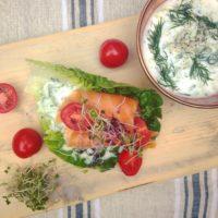 Sla sandwich met zalm en tzatziki. Frisse detox lunch en zo makkelijk klaar te maken. Meer informatie over detox kuren? etoxcoach Nic o van Rossum helpt je graag op weg.