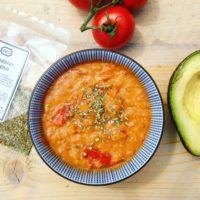 Seizoensgroenten van juli, bijvoorbeeld tomaten! Eigengemaakte detox pastasaus kan je daar heerlijk van maken. Passend in een detox kuur en zo makkelijk klaar te maken!