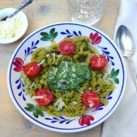 Glutenvrije erwtenpasta met veldslapesto. Voedzame makkelijke detox maaltijd vol eiwitten, mineralen en vitaminen.