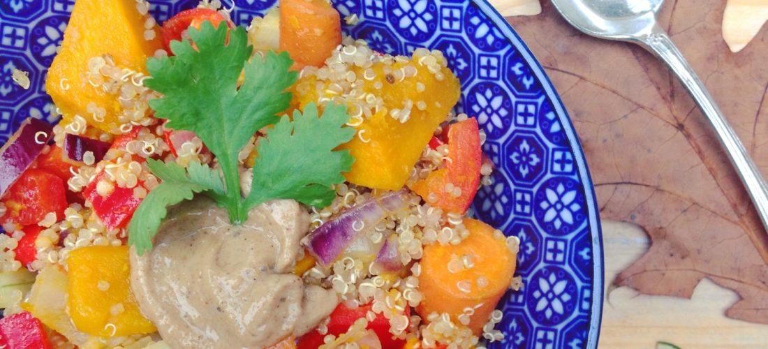 Detox recept Pittige quinoa met pompoen wortel en tahinsaus. Heerlijk voor een koude herfstdag! Voor in je detox kuur of veganistische leefstijl of dieet.