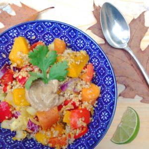 Seizoensgroenten van november. Betaalbaar, vol vitaminen en mineralen en heerlijk voor een detox recept Pittige quinoa met pompoen wortel en tahinsaus.