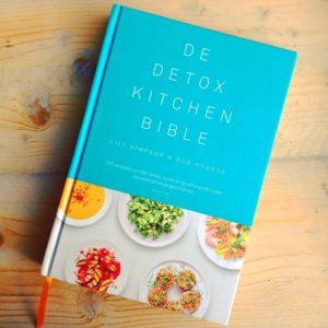 Boek review De detox kitchen bible van Lily simpson en rob hobson. Inspiratie in detox recepten voor je detox kuur thuis,