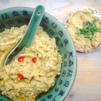 Detox broodbeleg recept: pittige hummus met kerrie en kurkuma.