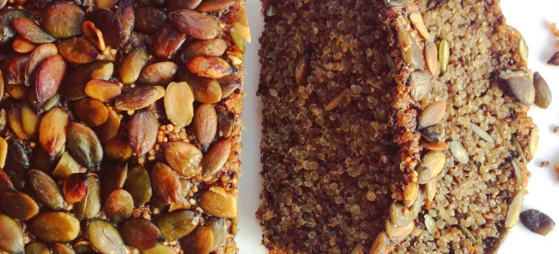 recept voor eigen gemaakt Glutenvrij detox brood met quinoa, chia zaad en pompoenpitten. Passend in een detox kuur thuis.