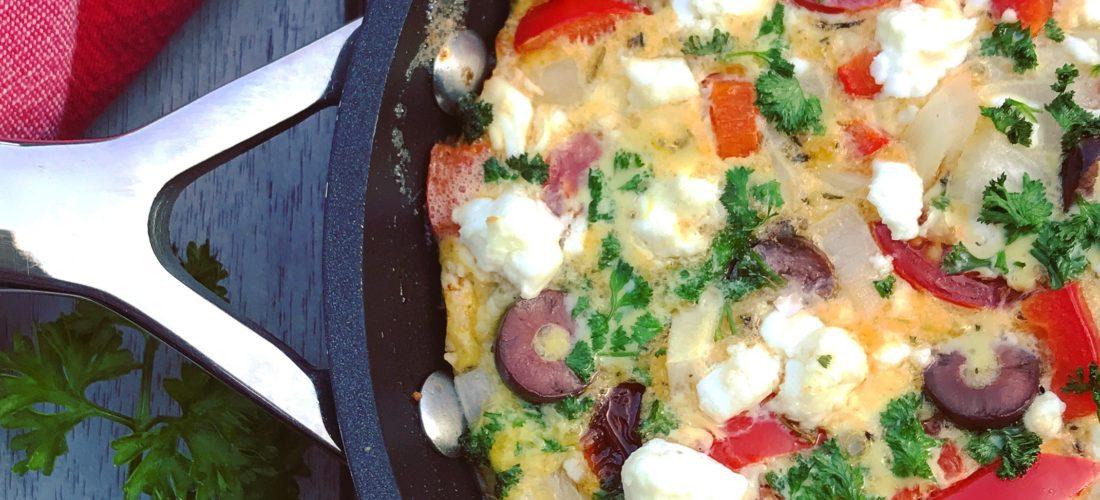 Detox recept met ei: Griekse frittata heerlijke omelet met feta, tomaat, ui, peterselie, gedroogde tomaat en olijven