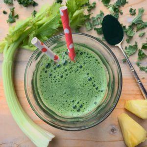 Gezond detox recept: Groene detox smoothie met ananas, boerenkool en spirulina