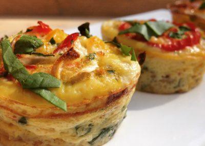 Waanzinnig lekkere en makkelijke ontbijtmuffins van gekopte ei met groenten. Ideaal voor je detox kuur thuis, koolhydraat arm eten of afvallen.