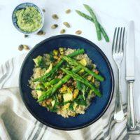 Quinoa salade met avocado, groene asperges pistaches en korianderpesto