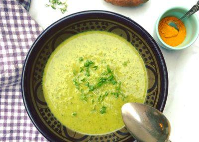 Koolhydraatarme en vegetarische soep? Check deze Spinaziesoep met kokos, zoete aardappel en courgette. Smaakvol, voedend en super gezond!