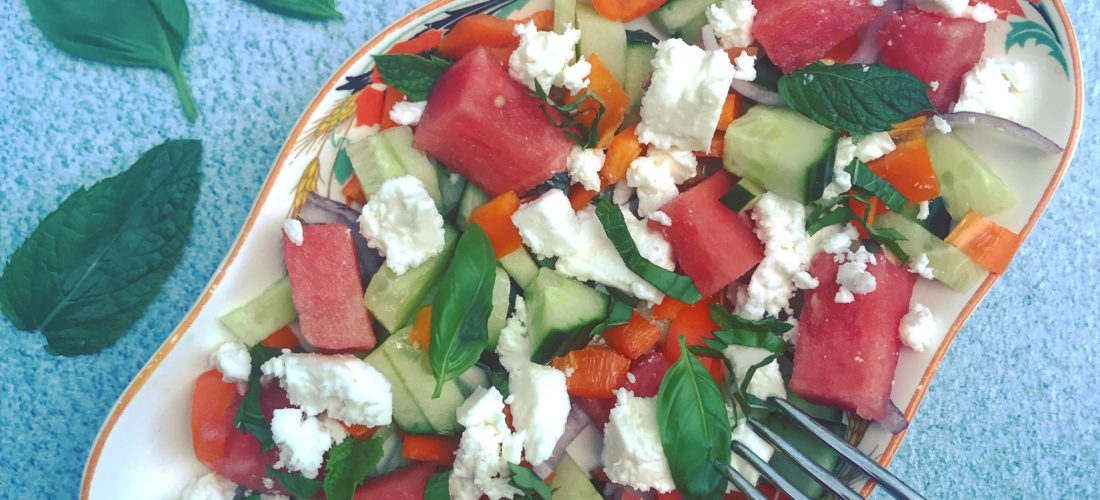 Zomer detox salade Watermeloensalade met komkommer, feta en munt. Grieks recept Karpouzi me Feta. Gezond sappig lekker als lichte lunch of bij de barbecue!