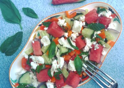Zomerrecept voor detox salade Watermeloensalade met komkommer, feta, rode ui, basilicum en munt. Gezond sappig lekker als lichte lunch of bij de barbecue!