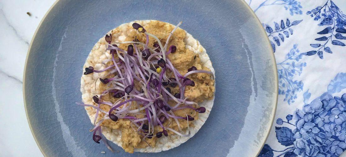Recept voor zelfgemaakte vegan hummus, humus of hoemoes met hennepzaad. Deze hennep hummus is heerlijk als broodbeleg, als dipsaus of als dressing door je salade.